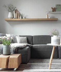 deco salon moderne combinaison de différente nuances du gris, couleur peinture salon gris clair, canapé gris ardoise et table en bois à roulettes très sympa