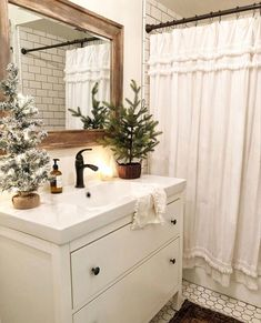31 Brilliant Christmas Bathroom Decoration Ideas That Looks So Simple Christmas Bathroom Decor, Farmhouse Christmas Decor, Christmas Home, Xmas, Christmas Kitchen, Home And Deco, The White Company, Sweet Home, New Homes