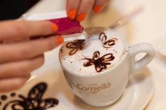 Preparació del #LatteArt amb papallones.  #Cappucino #Espresso #CafesCornella #Cafe #Coffee #Coffetime