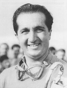 1951 - Alberto Ascari ( prononciation italienne:  [albɛrto askari] , 13 Juillet 1918 - 26 mai 1955) était un Italien pilote de course et deux fois de Formule Un champion du monde . Il est l'un des deux seuls champions de Formule One World italiens dans l'histoire du sport, et le seul à avoir gagné ses deux championnats dans une Ferrari