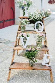 Minimalist wedding decor for an authentic celebration - Dekor Garden Wedding Decorations, Ceremony Decorations, Wedding Centerpieces, Wedding Table, Wedding Bouquets, Wedding Ceremony, Rustic Wedding, Table Decorations, Wedding Hair