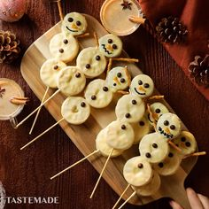Kiss Cookies Recipe - These cute snowman biscuit pops are the easiest Christmas snack idea around! -Chocolate Kiss Cookies Recipe - These cute snowman biscuit pops are the easiest Christmas snack idea around! Christmas Cookies Kids, Christmas Party Food, Cookies For Kids, Xmas Food, Christmas Sweets, Christmas Cooking, Christmas Goodies, Holiday Desserts, Holiday Baking