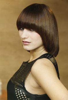 Haute Coiffure Française Trophy Side view of a sleek back angled bob with long bangs. Short Wedge Hairstyles, Fringe Hairstyles, Retro Hairstyles, Bob Hairstyles, Short Hair With Bangs, Long Hair Cuts, Short Hair Styles, Long Bangs, Full Bangs