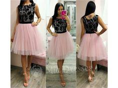 Krátke svetloružové šaty sú okúzľujúce vďaka romantickej trojvrstvovej tylovej sukničke. Horná časť je zdobená čiernymi výšivkami. Šaty sú podšité avzadu sa zapínajú zipsom.