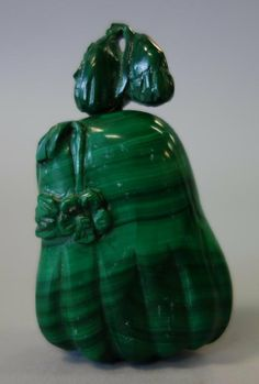A Chinese carved malachite gourd formed snuff bottle.