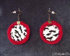 Boucles d'oreille vintage, crochets, rondes réversibles en tissu léopard blanc et noir et cuir bordeaux. Made by Lunabellune
