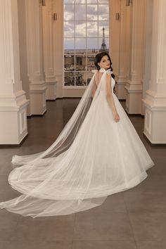 La granita dintre o rochie de mireasa tip printesa si o rochie de mireasa A-line, acest model avantajeaza silueta, fiind creat in acord cu tendintele pentru rochii de mireasa 2020, cu fundite detasabile pe umeri. The Bride, Wedding Dresses, Model, Fashion, Bride Dresses, Moda, Bridal Gowns, Fashion Styles