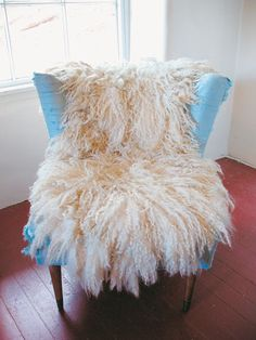Learn how to make a fleece rug with these step-by-step instructions. You don't have to kill an animal for this attractive faux sheepskin rug. How to Make a Fleece Rug – DIY – MOTHER EARTH NEWSMake a Shag Rag Rug in a Few Hours Faux Sheepskin Rug, Spinning Wool, Diy Carpet, Wet Felting, Needle Felting, Sheep Wool, Sheep Rug, Felt Diy, Rug Making