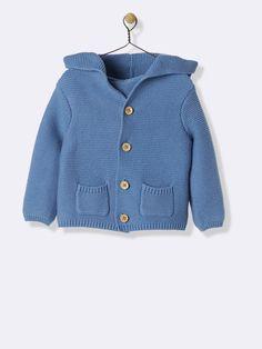Jeu de point mousse effet 'fait main', boutons bois et détails oreilles sur la capuche, cette veste est notre coup de coeur charme pour emmitoufler bé