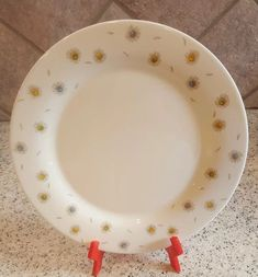 0c3b70056a6a Arcopal France White Dinner Plate with Daisies. Very Good Condition.  Appears lightly used.
