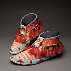 Buy online, view images and see past prices for Lakota Quilled and Beaded Moccasins. Invaluable is the world's largest marketplace for art, antiques, and collectibles. Native American Moccasins, Native American Clothing, Native American Artwork, Native American Regalia, Native American Design, Native Design, Native American Artifacts, Native American Beadwork, American Indian Art