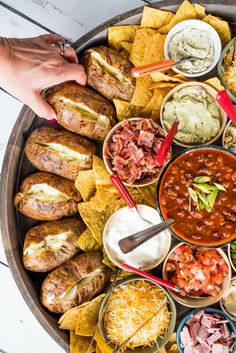 dishes for dinner Baked Potato Dinner Board Baked Potato Bar, Baked Potato Toppings, Baked Potatoes, Cheesy Potatoes, Party Food Platters, Party Food Buffet, Party Trays, Bar Food, Charcuterie And Cheese Board