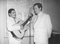 """Dorival Caymmi e Orson Welles, o """"Cidadão Kane"""". Em fevereiro de 1942, Orson Welles veio ao Brasil para gravar o filme """"It's All True"""", que não foi finalizado por problemas na produção. Caymmi não resistiu quando ficou frente a frente com Welles, e pediu autógrafo. O filme inacabado, teria canções de Caymmi na trilha sonora.  (Fonte: http://qga.com.br/mundo/2014/06/essas-fotos-raras-vao-revolucionar-sua-visao-sobre-o-passado)"""