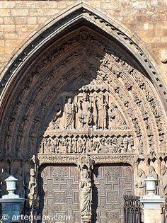 """Catedral de León La Pulchra Leonina, como así se llama a la Catedral de León, es la más """"francesa"""" de las grandes catedrales góticas españolas del siglo XIII. Es un templo de tres naves a las que se le cruza un amplio crucero y rematadas por cabecera con girola a la que se abren capillas poligonales."""