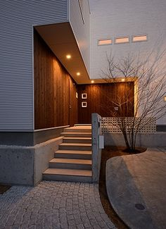GrandLiving|素材を活かしたデザイン。大阪の注文住宅・リノベーションならグランリビング Modern Exterior, Exterior Design, Interior And Exterior, Entrance Design, House Entrance, Japanese Modern House, House Architecture Styles, Front Porch Design, Exterior Stairs