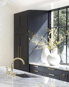 Modern Home Decor Interior Design Modern Kitchen Design, Interior Design Kitchen, Interior Decorating, Two Tone Kitchen Cabinets, Kitchen Countertops, Dark Countertops, Brass Kitchen, Black Cabinets, Granite Kitchen