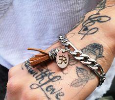 Namaste und ein schönes Weekend wünsch ich euch <3 hier haben wir mal etwas für IHN Trendiges Edelstahl Armband für den Mann Passt auf jedenfall zu jedem Outfit ob Hemd oder Shirt.  Das Armband ist aus Edelstahl mit OM Zeichen und Leder Anhänger Namaste, Om, Outfit, Bracelets, Silver, Jewelry, Fashion, Jewellery Designs, Leather
