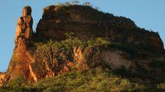 A Chapada dos Guimarães, no Mato Grosso, atrai turistas de mundo todo que vão em busca dos paredões avermelhados, das belas cachoeiras e rios, além de cavernas exuberantes. Leia mais nesse post sobre o que fazer na Chapada dos Guimarães!