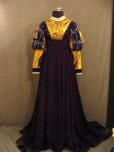 Gown Ren darkn purple velvet, gold bodice, underbust