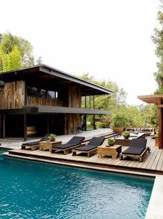 une plage de piscine en bois pour un aspect nature, un entourage piscine dans l'esprit de la villa