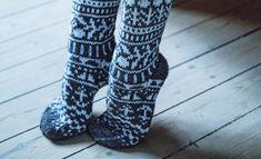 """Villasukka Novita-langoista - katso ohje: kaunis äänestysvoittaja on tyylikäs yhdistelmä """"ensilumen taikaa"""" Wool Socks, Knitting Socks, Mittens, Stitch, Crochet, Tutorials, Image, Fashion, Knit Socks"""