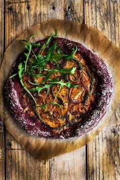 Pizza with red beet pesto and asparagus Pizza Recipes, Vegetarian Recipes, Healthy Recipes, Red Pesto, Food Plus, Gnocchi Recipes, Vegan Pizza, Savoury Cake, Restaurant Recipes