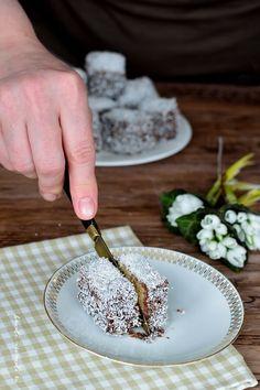 Prăjitura tăvălită în două variante (Lamington) Bread Cake, Sweet Bread, Food Photography, Dairy, Cheese, Desserts, Breads, Tailgate Desserts, Bread Rolls