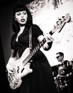 Apprenez à jouer de la guitare basse comme Zombierella, alias Svetlana Nagaeva du groupe expérimental russe Messer Chups sur MyMusicTeacher.fr