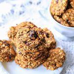 """(EN below) DE: Mitte August und im Hause Greeny 🍀werden Kekse gebacken🤔🍪. Nun gut, immerhin versüßen diese gesunden Hafer-Cookies den total verregneten Freitag 🌧☔️🌧- und zwar volle Kanne! Super einfach, wenige Zutaten und ideal für Kinder😋! . Ich hab eins meiner Klassik-Rezepte ein wenig abgeändert und noch getrocknete Cranberries in den Teig gemischt - sooooo köstlich👌🏻! Der Link zu dem """"alten"""" Rezept ist in der Bio👆🏼, ich werde das Rezept für diese Kekse sicherlich auch noch…"""