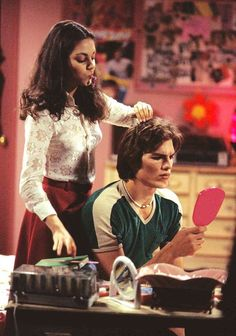 Jackie & Kelso That Show 70s Aesthetic, Bad Girl Aesthetic, Aesthetic Collage, Aesthetic Vintage, Aesthetic Pictures, 70 Show, Photo Wall Collage, Gilmore Girls, Mode Outfits