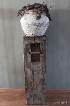 Oude houten meerpaal met een mooie Hoffzkruik een pot Kalkverf… sfeer in huis is gezet!!