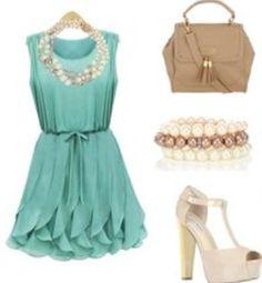 Il y a une robe verte. Il y a une collier. Il y a un bracelet. Il y a un sac à main kaki. Il y a des talons beiges.