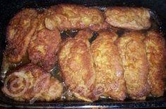"""""""Řízky úplně jinak od Petry T."""" - bomba!!! SUROVINYvepřové nebo kuřecí řízky (teď naposled jsem použila vepř. kotletu bez kosti), strouhanka, vejce - dle počtu řízků, 1/2l vody, 1/4 kostky másla, 1 kostka bujónu (používám Karpatský bujón, ale může být třeba i slepičí), sůl, pepř, olejPOSTUP PŘÍPRAVYŘízky mírně osolíme, opepříme a dáváme do mísy se strouhankou, kterou do řízků """"zaklepeme"""" co nejvíce. Poté řízky obalíme v rozšlehaném vajíčku a osmahneme na oleji na pánvi. Skládáme do pekáčku... Pork Recipes, Snack Recipes, Cooking Recipes, Healthy Recipes, Slovak Recipes, Czech Recipes, Salty Foods, Pork Dishes, Food 52"""