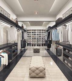 Moze taki układ garderoby ? Od wejścia po lewej lustro , na przeciwko wejścia i na ścianie drzwi- ubrania a na tej odbijającej sie od lustra buty i torebki :D