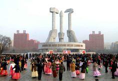 Le 30 décembre 2013, des gens dansent pour célébrer le deuxième anniversaire du passage au pouvoir de Kim Jong-Un, leader nord-coréen.