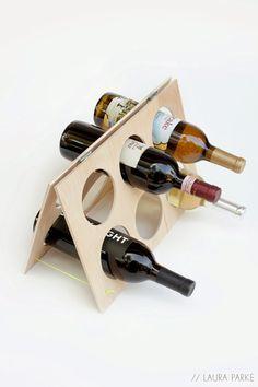 Porta Vinhos fácil de fazer Dois pedaços de madeira com dobradiças.
