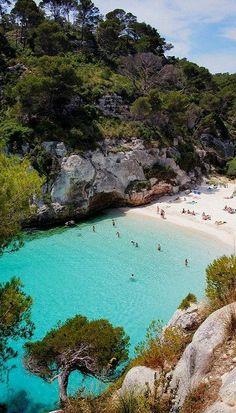 Playa de agua cristalina y arena blanca en la isla de Menorca.