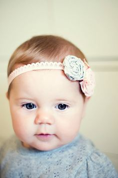 A no-sew baby headband DIY. Headband Bebe, Diy Baby Headbands, Headband Tutorial, Baby Bows, Headband Flowers, Rosette Headband, Fabric Headbands, Blog Bebe, Do It Yourself Baby