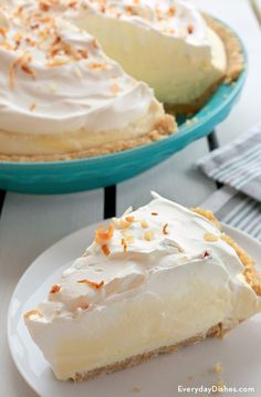 If you like pina coladas…you'll love our (non-alcoholic) pina colada pie! The fact that it's a no-bake, no-cook recipe is really just icing on the cake. Err—icing on the pie. Summer Desserts, Sweet Desserts, No Bake Desserts, Just Desserts, Delicious Desserts, Yummy Food, Tropical Desserts, Pie Recipes, Sweet Recipes