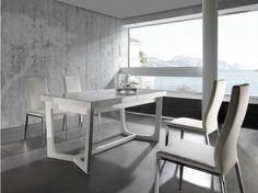 Mesa de comedor Elegancia en estado puro. La tradicionalidad se mezcla en esta mesa con las tendencias más actuales y dan como resultado un artículo de cuidado diseño. Disponible en blanco y negro brillo  Dimensiones: 120x65x39cm