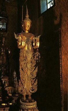 พระพุทธนฤมิต หรือ พระพุทธนิรมิต เป็นพระพุทธรูปศิลปะแบบรัตนโกสินทร์ รัชกาลพระบาทสมเด็จพระนั่งเกล้าเจ้าอยู่หัว (พ.ศ. ๒๓๖๗ - ๒๓๙๔) มีขนาดความสูงจากฐานถึงยอดชฎามุกุฎ ๒๑๐ เซนติเมตร เป็นพระพุทธรูปสำริดหุ้มด้วยทองคำ ทรงเครื่องต้นทองคำลงยาราชาวดี ประดับอัญมณี ปัจจุบัน ประดิษฐานอยู่ภายในหอพระสุลาลัยพิมาน ในหมู่พระมหามณเฑียร Japanese Buddhism, Art Thai, Thai Buddha Statue, Thai House, Heian Period, Buddhist Art, Amulets, Fantastic Art, Temples