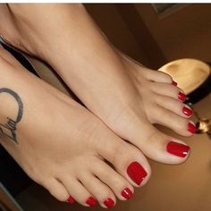 beautiful red toes!
