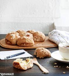 Hunaja-kaurasämpylät | Kotivinkki Text: Jonna Vormala Pic: Sanna Peurakoski #bun Yams, Scones, Healthy Recipes, Healthy Food, Oatmeal, Bakery, Rolls, Cookies, Desserts