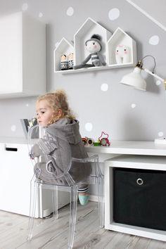 Der Kleinen scheint der transparente Kinderstuhl Lou Lou Ghost von Kartell zu gefallen! Foto: __shorma__