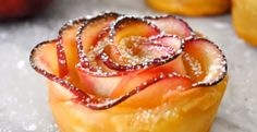 Impress your mom with this beautiful rose-shaped dessert made with lots of soft and delicious apple slices, wrapped in sweet and crispy puff pastry. Cooking with Manuela: Apple Roses Apple Desserts, Delicious Desserts, Dessert Recipes, Dessert Ideas, Dirt Dessert, Coctails Recipes, Drink Recipes, Apple Roses, Apple Flowers
