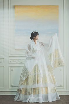 The blend of modern and traditional, a white modern hanbok dress with gold trefoil accents all throughout. Korean Traditional Dress, Traditional Fashion, Traditional Dresses, Korean Bride, Korean Wedding, Korean Dress, Korean Outfits, Hanbok Wedding, Modern Hanbok