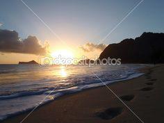 Nascer do sol na Waimanalo Beach Rock ilha pelo ponto Maka'pua — Imagem de Stock #5762516