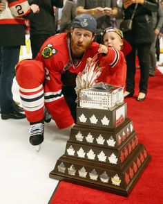 Duncan Keith takes a photo with his son and the Conn Smythe Trophy! #StanleyCupChampions