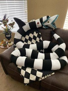 Halloween Crafts, Halloween Decorations, Diy Halloween Home Decor, Beetlejuice Sandworm, Beetlejuice Movie, Goth Home Decor, Gothic House, Nightmare Before Christmas, Plushies