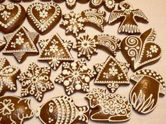 Perníčky Gingerbread House Designs, Gingerbread Decorations, Christmas Gingerbread, Gingerbread Cookies, Honey Cookies, Sugar Cookies, Biscuits, Meringue Cookies, Hand Painted Ornaments